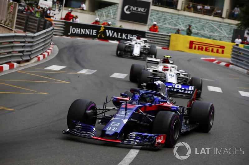 Brendon Hartley, Toro Rosso STR13, Charles Leclerc, Sauber C37 y Marcus Ericsson, Sauber C37
