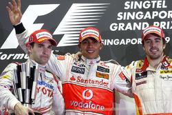 Podio: il vincitore della gara Lewis Hamilton, McLaren, il secondo classificato Timo Glock, Toyota, il terzo classificato Fernando Alonso, Renault