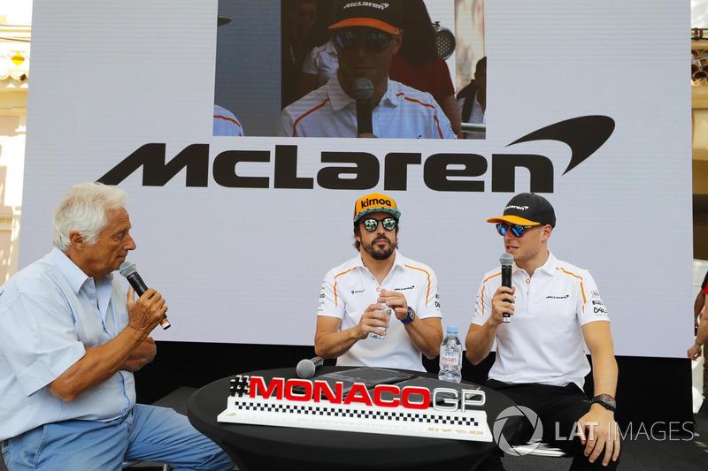 Bob Constanduros discute avec Stoffel Vandoorne, McLaren, et Fernando Alonso, McLaren