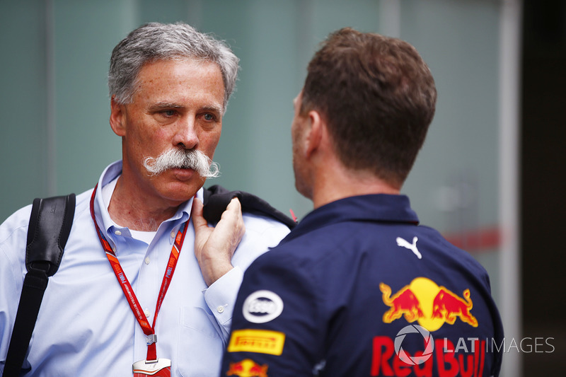Chase Carey, jefe de la F1 con Christian Horner, Team Principal de Red Bull Racing