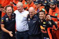 Il vincitore della gara Daniel Ricciardo, Red Bull Racing festeggia nel parco chiuso con Christian Horner, Team Principal Red Bull Racing, Dr. Helmut Marko, Consulente Red Bull Motorsport, Adrian Newey, Red Bull Racing