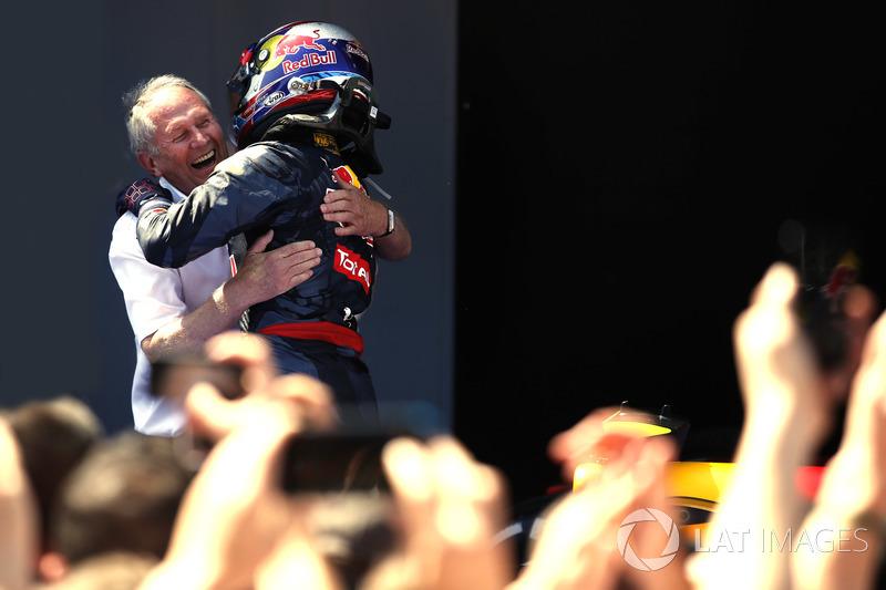 Спортивний радник Red Bull Гельмут Марко вітає Макса Ферстаппена з перемогою
