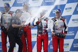 Les vainqueurs Ott Tanak, Martin Järveoja, Toyota Yaris WRC, Toyota Gazoo Racing, Les troisièmes Jari-Matti Latvala, Mikka Anttila Toyota Yaris WRC, Toyota Gazoo Racing