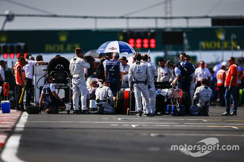 Des ingénieurs Williamssur la grile avec Sergey Sirotkin, Williams FW41, avant le départ