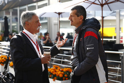 Chase Carey, Chairman, Formula One, with Guenther Steiner, Team Principal, Haas F1 Team