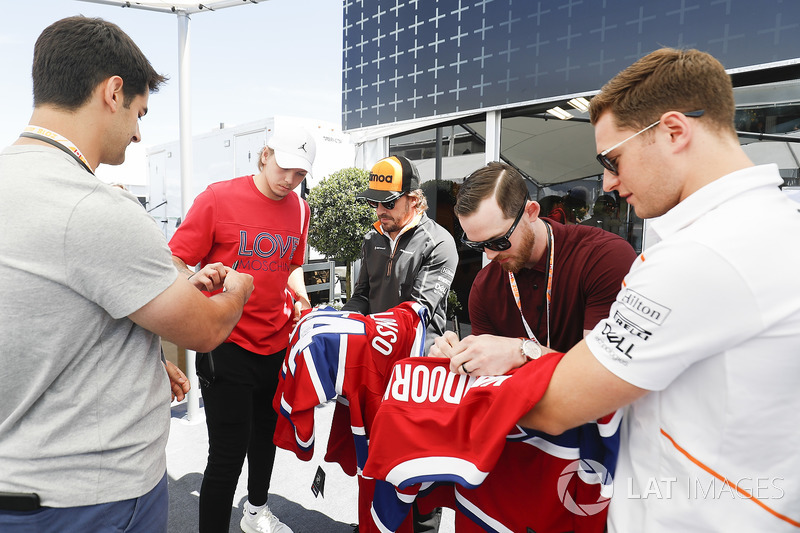 Fernando Alonso, McLaren, and Stoffel Vandoorne, McLaren, meet players from the Montreal Canadiens N