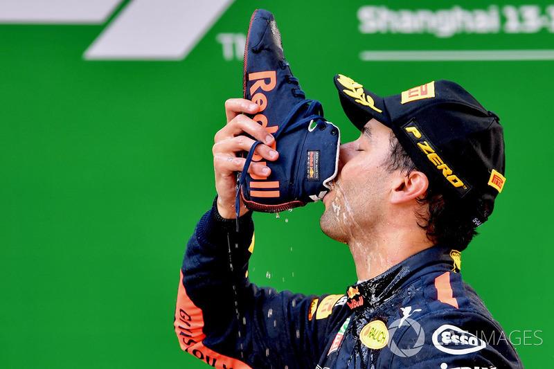 Podio: Ganador de la carrera Daniel Ricciardo, Red Bull Racing celebra con su shoey