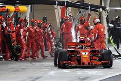 Kimi Raikkonen, Ferrari SF71H percute un mécanicien dans les stands
