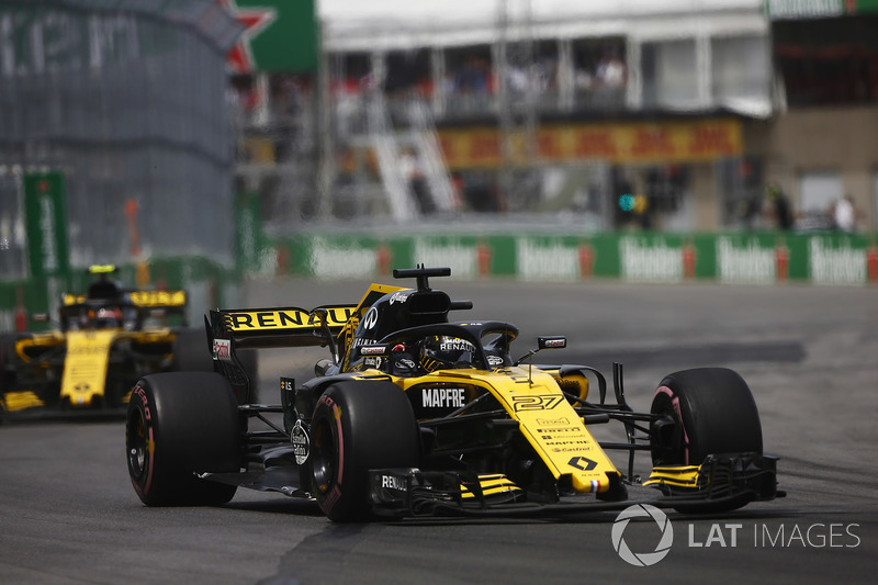 Nico Hulkenberg, Renault Sport F1 Team R.S. 18., leads Carlos Sainz Jr., Renault Sport F1 Team R.S.