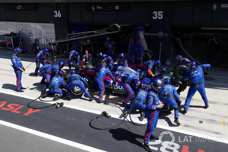 Pierre Gasly, Toro Rosso STR13, en boxes