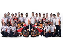 Гонщики Repsol Honda Team Дани Педроса и Марк Маркес в окружении команды