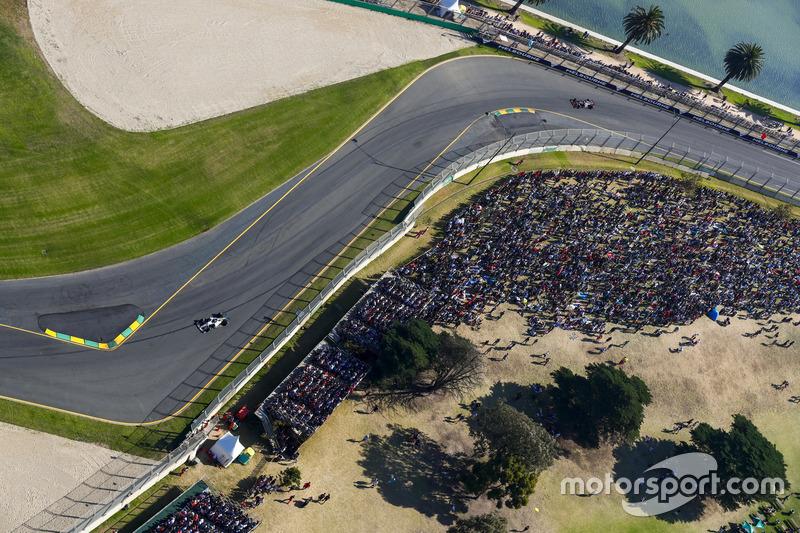 Valtteri Bottas, Mercedes AMG F1, W08; Kevin Magnussen, Haas F1 Team, VF-17