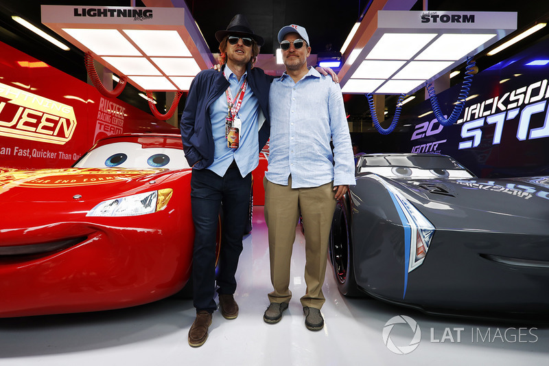 Actores Owen Wilson y Woody Harrelson en el garaje promocional de Cars 3