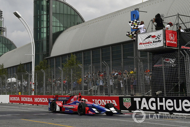 Alexander Rossi, Herta - Andretti Autosport Honda cruza la línea de meta bajo la bandera de cuadros