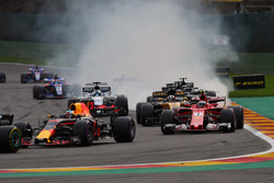 Рестарт: Даниэль Риккардо, Red Bull Racing RB13, и Кими Райкконен, Ferrari SF70H