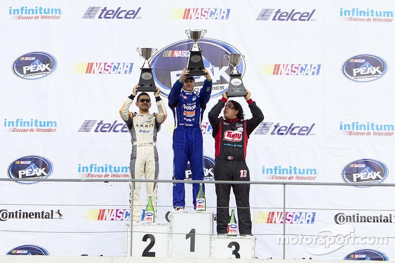 Podio: segundo lugar Abraham Calderón, Dem Racing, primer lugar Rogelio López Alpha Racing y tercer lugar  Alejandro González Escudería Tame