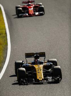 Нико Хюлькенберг, Renault Sport F1 Team RS17, и Кими Райкконен, Ferrari SF70H