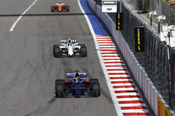 Daniil Kvyat, Scuderia Toro Rosso STR12, Lance Stroll, Williams FW40 y Stoffel Vandoorne, McLaren MCL32