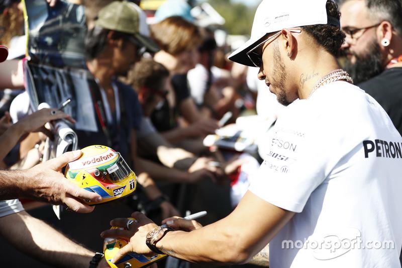 Lewis Hamilton, Mercedes AMG, schreibt Autogramme