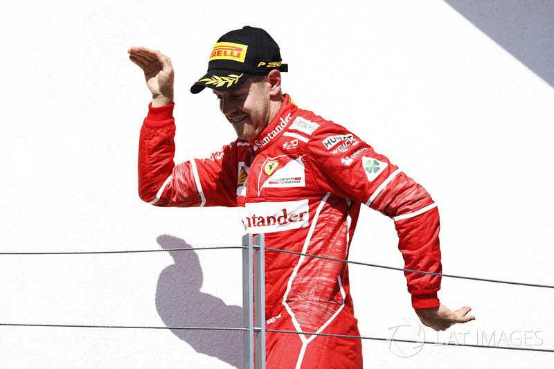 Переможець гонки Себастьян Феттель, Ferrari, святкує перемогу на подіумі