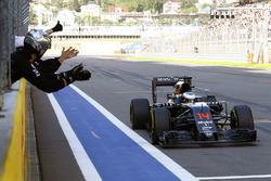 McLaren takım elemanları, Fermando Alonso'yu yarıştakı altıncılığı için tebrik ediyorlar.