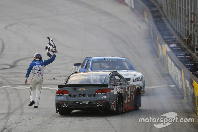 Il vincitore della gara Kevin Harvick, Stewart-Haas Racing Chevrolet, Tony Stewart, Stewart-Haas Racing