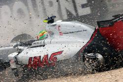 Эстебан Гутьеррес, Haas F1 Team VF-16 вылетает за пределы трассы после столкновения