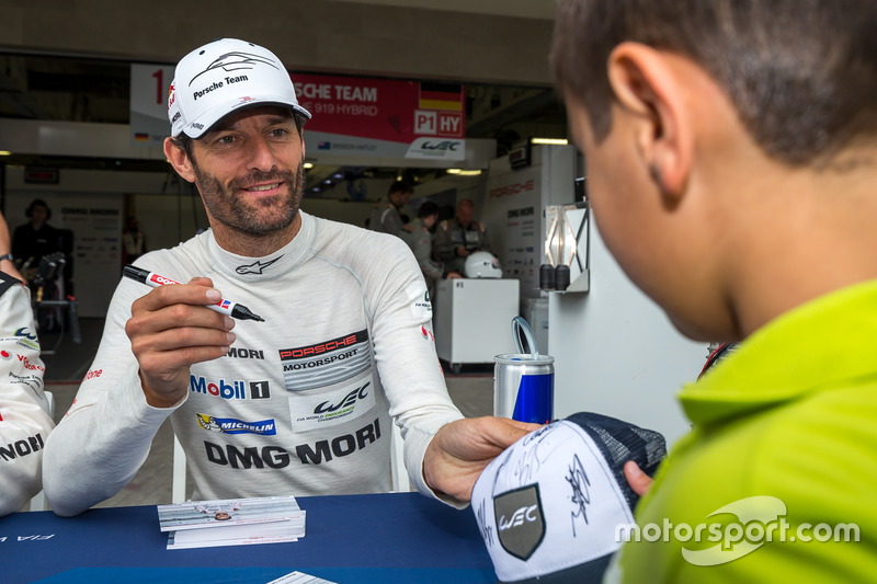 Porsche Team: Mark Webber signs a hat for a young fan