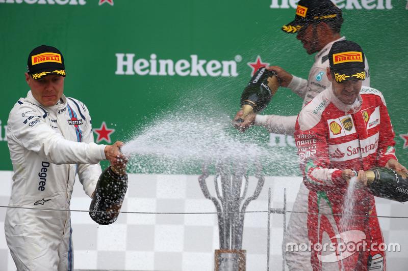 Валттері Боттас, Williams Martini Racing FW38 та Себастьян Феттель, Scuderia Ferrari SF16-H