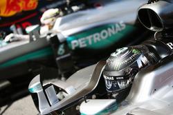 Nico Rosberg, Mercedes AMG F1 W07 Hybrid en Lewis Hamilton, Mercedes AMG F1 W07 Hybrid in parc fermé