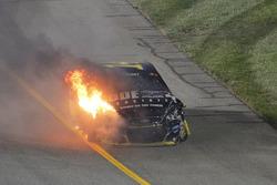 La voiture de Tony Stewart, Stewart-Haas Racing, en feu après son accident