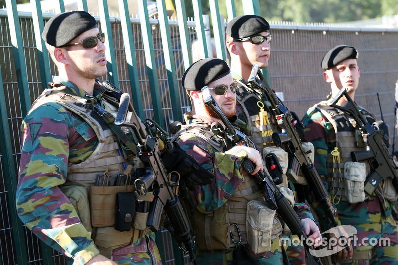 Le forze armate sorvegliano i box e il paddock