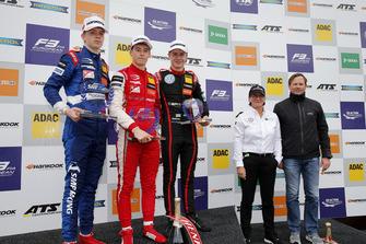 Podio Rookie: il vincitore Marcus Armstrong, PREMA Theodore Racing Dallara F317 - Mercedes-Benz, il il secondo classificato Robert Shwartzman, PREMA Theodore Racing Dallara F317 - Mercedes-Benz, il terzo classificato Jüri Vips, Motopark Dallara F317 - Volkswagen, Ellen Lohr.