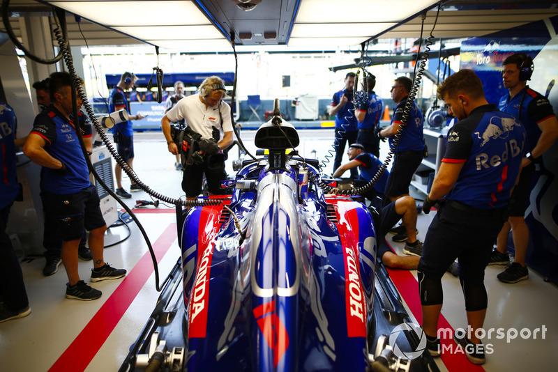 Pierre Gasly, Scuderia Toro Rosso STR13, nel garage