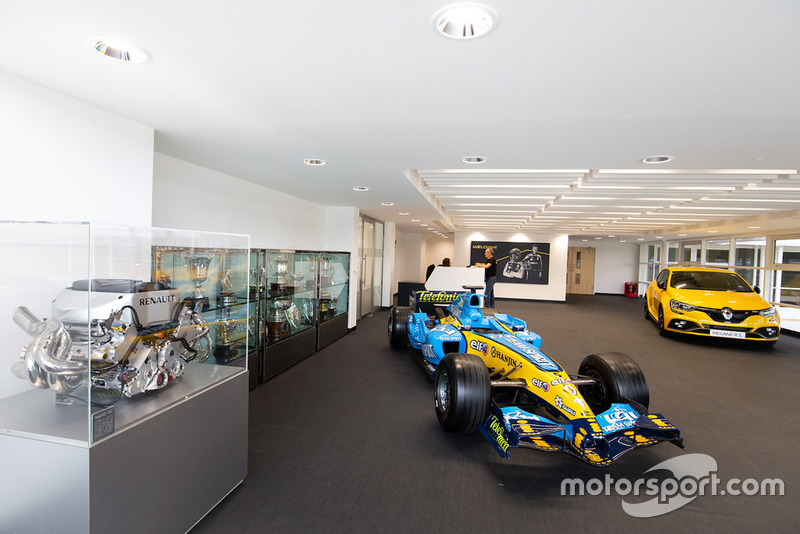 Salle d'exposition, Renault R24