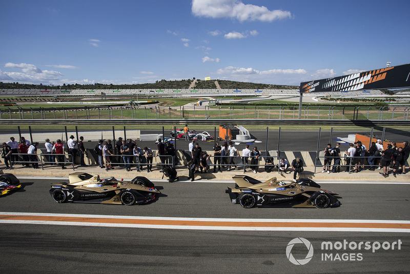 Andre Lotterer, DS TECHEETAH, DS E-Tense FE19 ve Jean-Eric Vergne, DS TECHEETAH, DS E-Tense FE19 leave the pit lane