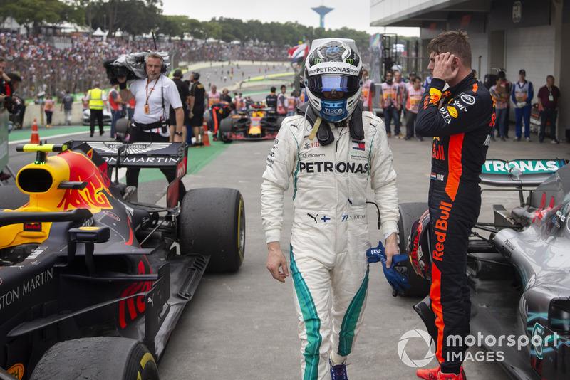 Valtteri Bottas, Mercedes AMG F1 en Parc Ferme con Max Verstappen, Red Bull Racing