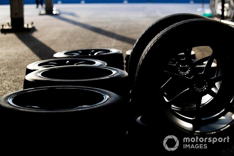 Neumáticos en el pit lane