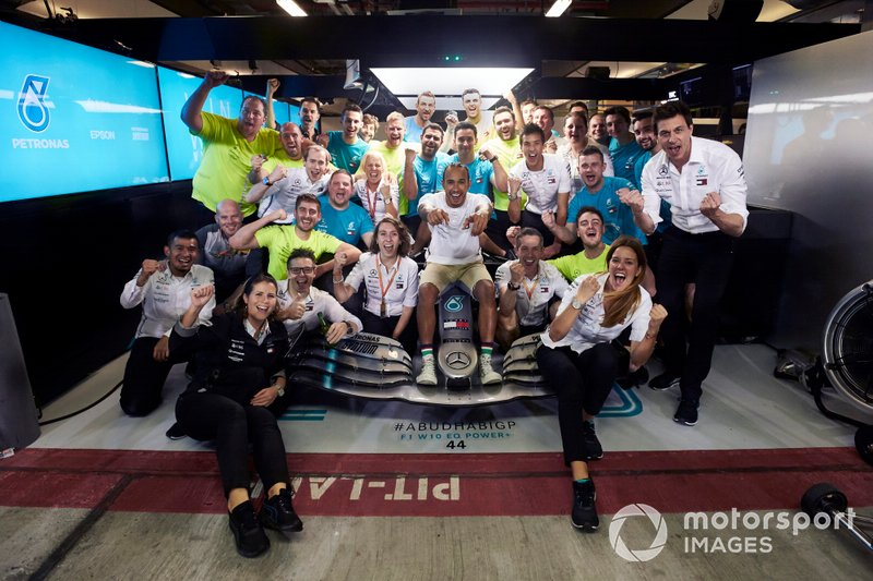 Lewis Hamilton, Mercedes AMG F1 celebrates with Toto Wolff, Mercedes AMG F1 Director of Motorsport