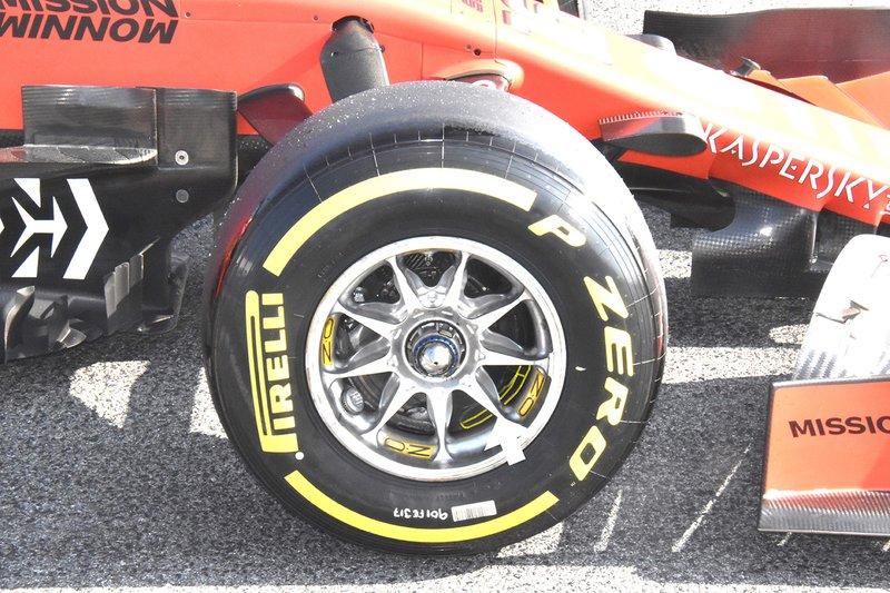Ferrari SF90, detalle del círculo con el respiradero de aire caliente en amarillo