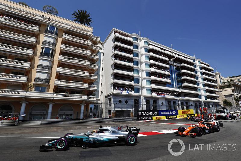 Lewis Hamilton, Mercedes AMG F1 W08, Stoffel Vandoorne, McLaren MCL32