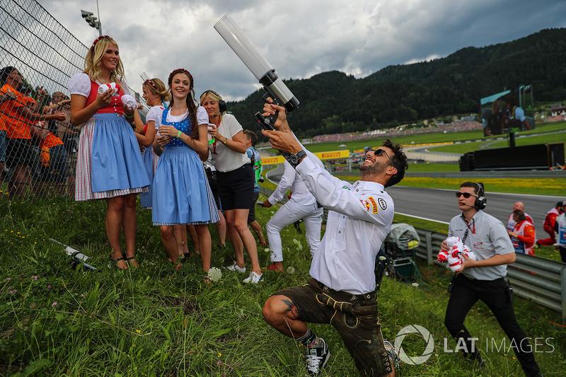 Com a ajuda de Daniel Ricciardo.