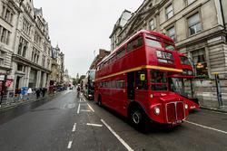 Une vue de Whitehall Road avec un bus londonien