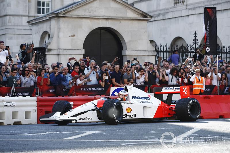 Стоффель Вандорн за кермом McLaren MP4/6 1991 року, на якому виступав Айртон Сенна