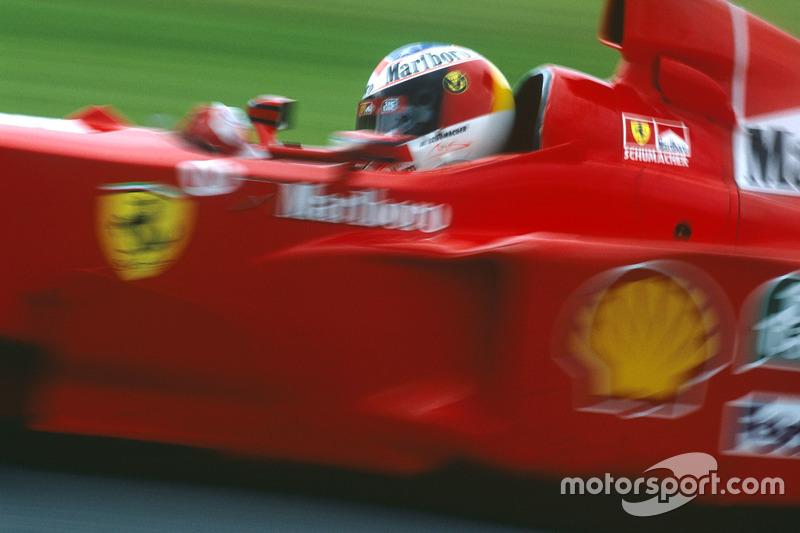 """Ferrari dividió abiertamente a sus pilotos en """"número 1"""" y """"número 2"""". Las órdenes de mando debían llevarse a cabo sin ninguna duda. No es de extrañar que pronto Michael siguiera sin problemas con su compañero y estuviera listo para avanzar en la curva """"Stowe""""..."""