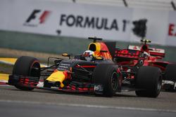 Daniel Ricciardo, Red Bull Racing RB13; Kimi Räikkönen, Ferrari SF70H