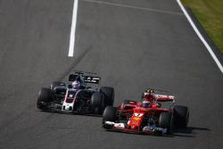 Kimi Raikkonen, Ferrari SF70H, en lutte avec Romain Grosjean, Haas F1 Team VF-17