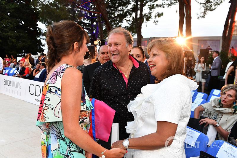 Заместитель руководителя Sahara Force India F1 Роберт Фернли, его жена и Аманда Смерчак, подруга технического директора Red Bull Racing Эдриана Ньюи