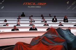 Los huéspedes esperan a la develación del McLaren MCL32