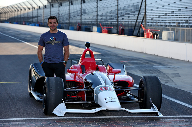 Оріол Сервія та машина IndyCar 2018 року із двигуном Honda